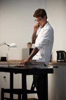 キッチンで働くミディアムショットの男