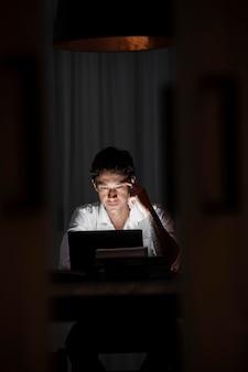 Uomo a tiro medio che lavora al computer portatile