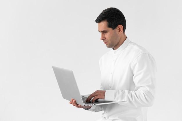 노트북에서 일하는 중간 샷된 남자