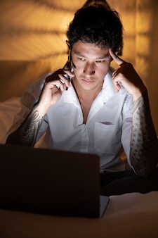 Средний выстрел человек, работающий на ноутбуке