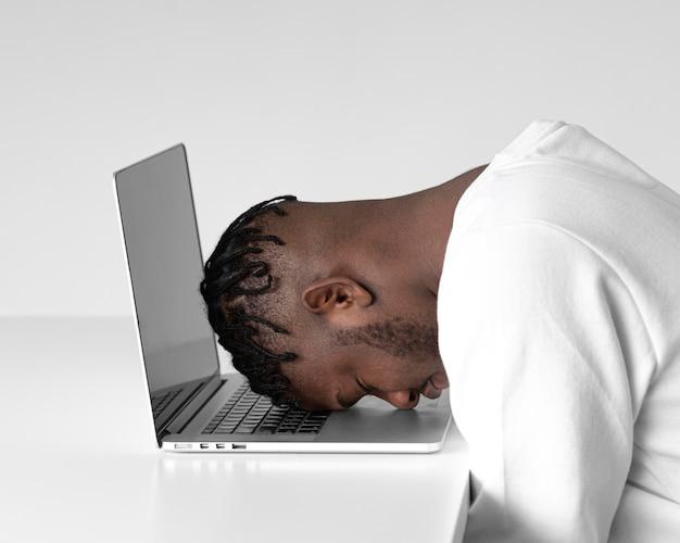 노트북으로 작업하는 중간 샷된 남자