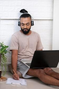 Средний выстрел человек, работающий с ноутбуком
