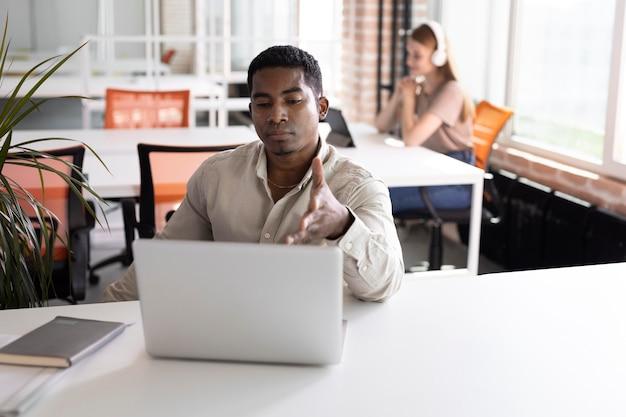 노트북으로 작업하는 중간 샷 남자