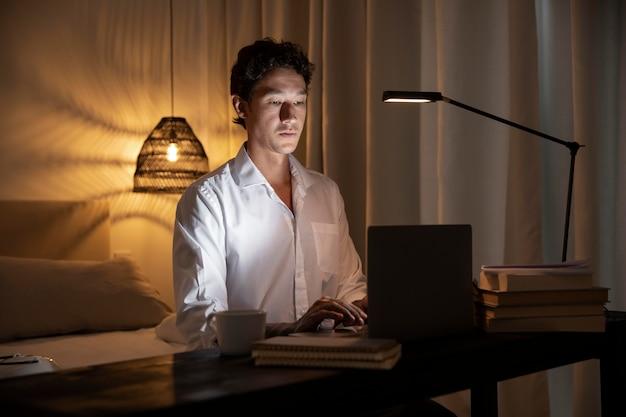 Uomo a tiro medio che lavora con il computer portatile