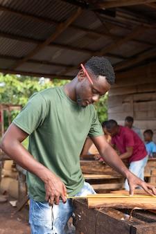 목재 작업 중간 샷 남자