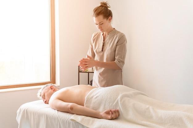 Massaggiatrice del tiro medio che si prepara