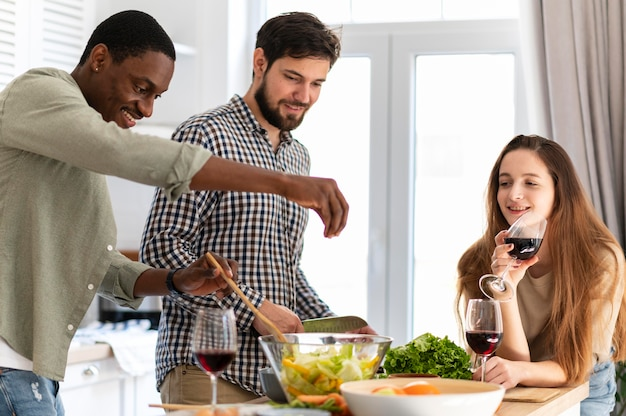 Мужчины среднего размера готовят в помещении
