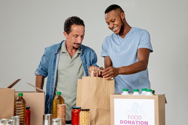 Uomini di livello medio che aiutano la causa sociale