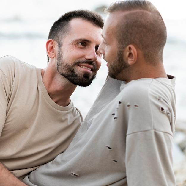Uomini di tiro medio che si guardano l'un l'altro