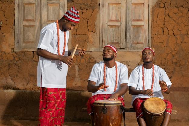 Мужчины среднего роста, занимающиеся музыкой