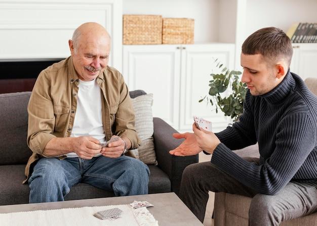 Мужчины среднего выстрела, играющие в карты