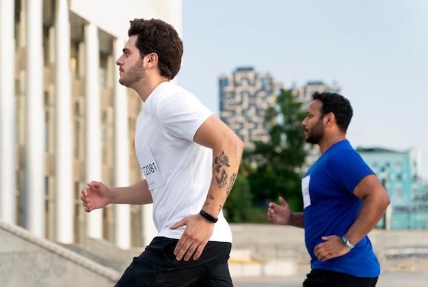 Мужчины среднего кадра, бегущие по лестнице