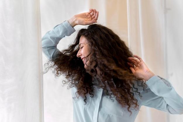 미디엄 샷 중년 여성 춤