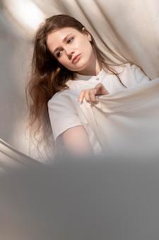 布でポーズをとるミディアムショットモデル