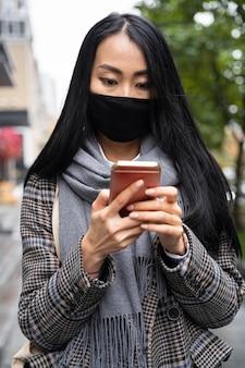 Modello di tiro medio che indossa una maschera di protezione