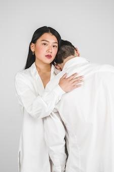 白いポーズでミディアムショットモデル