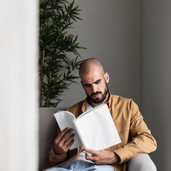ミディアムショットの現代人の読書