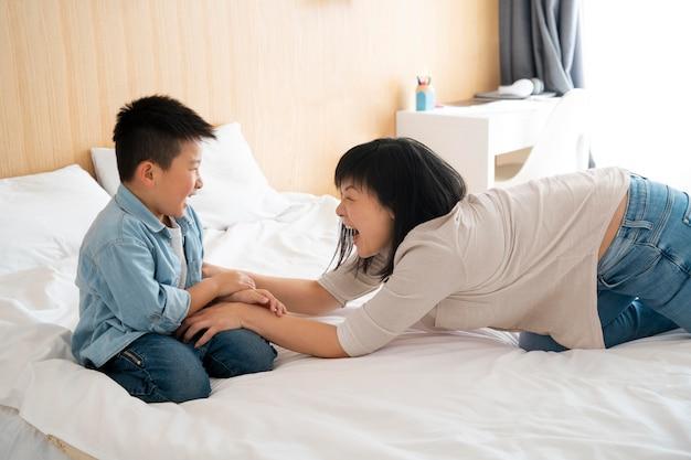 ミディアムショット 遊ぶ母と少年