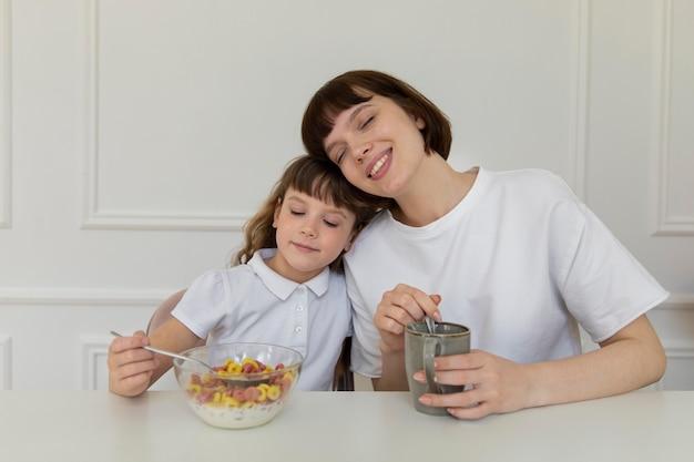 テーブルでミディアムショットの母と女