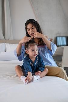 ベッドでミディアムショットの母と女
