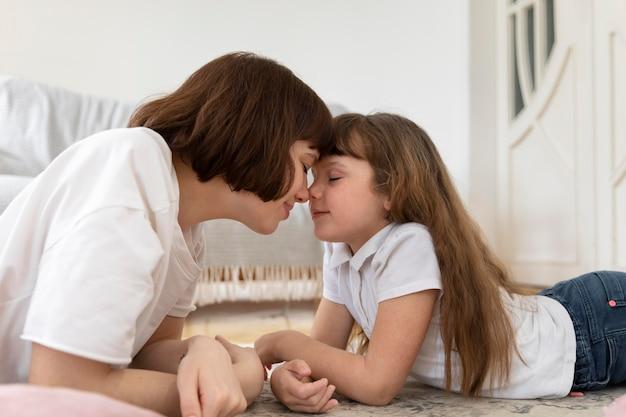 Средний план: мать и девочка проводят время вместе Premium Фотографии