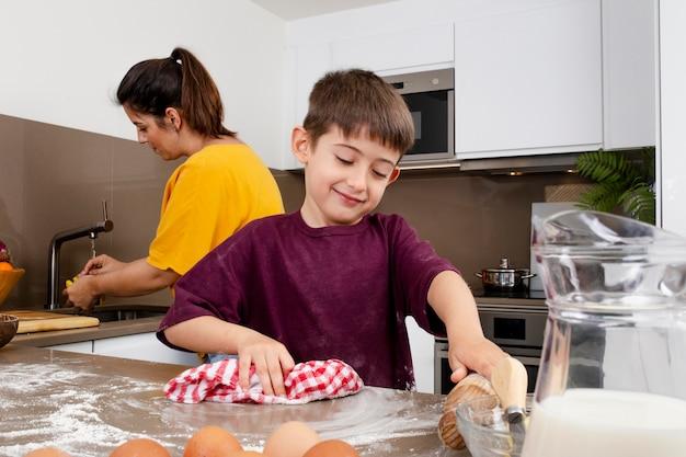 ミディアムショットの母と子の掃除