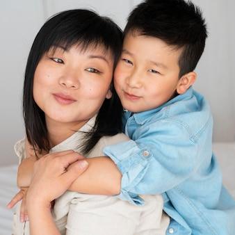 ミディアムショットの母と子のポーズ