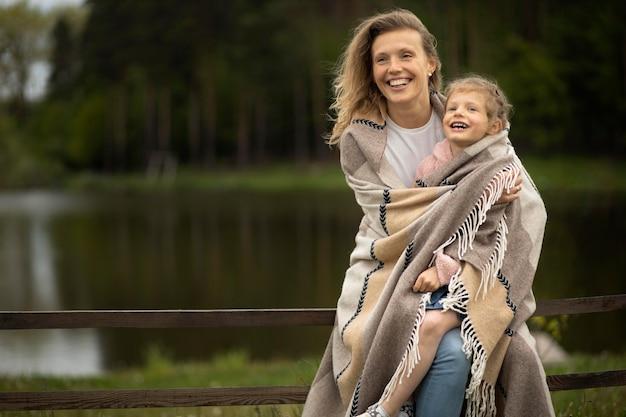 ミディアムショットの母と子の毛布
