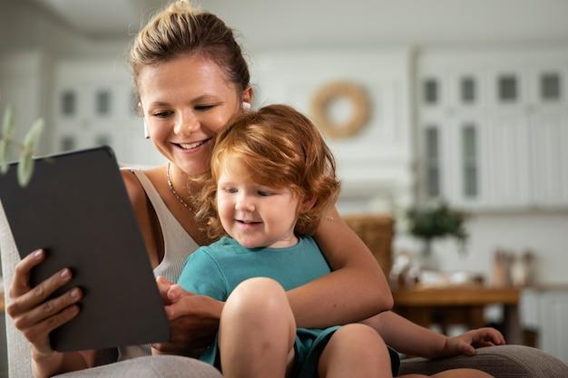 중간 샷 엄마와 아이 태블릿