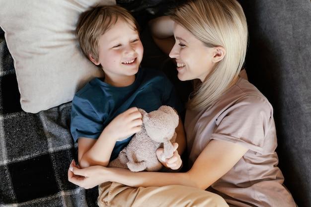 おもちゃでミディアムショットの母と子