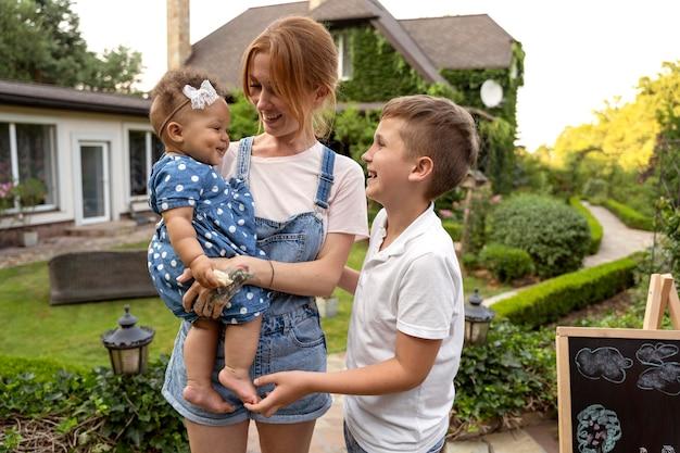 Мать и дети среднего плана
