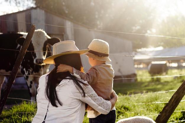 Madre con colpo medio che tiene in braccio un bambino