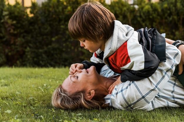 息子を抱くミディアムショットの母親