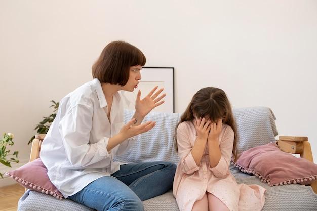 ミディアムショットの母が娘を叱る