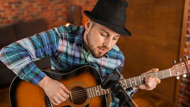 ギターを弾くミディアムショットミュージシャン