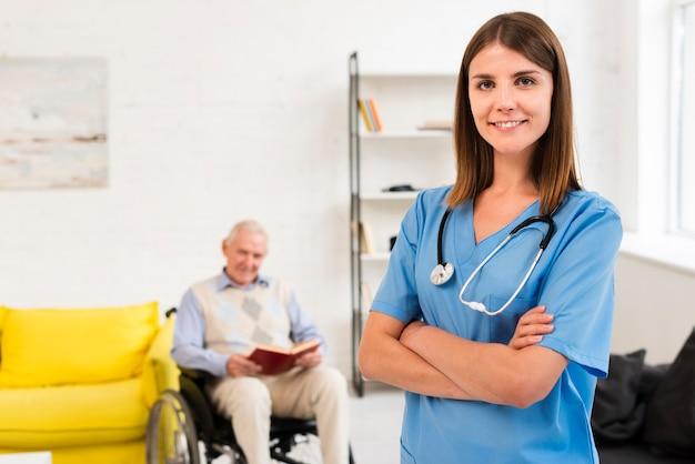 Медсестра средних размеров позирует, глядя в камеру