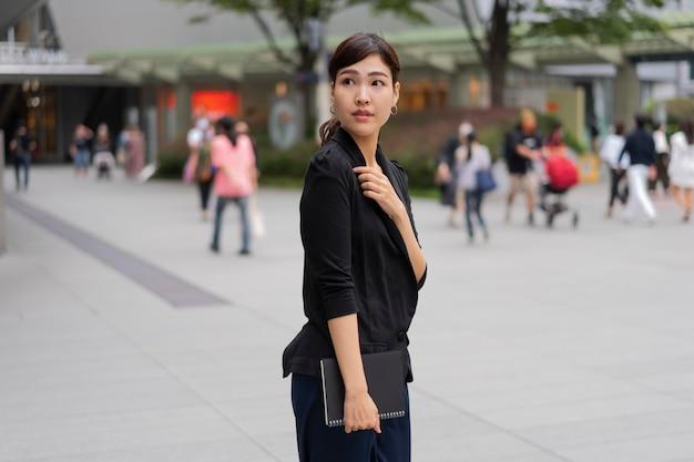 Средний снимок красивой деловой женщины