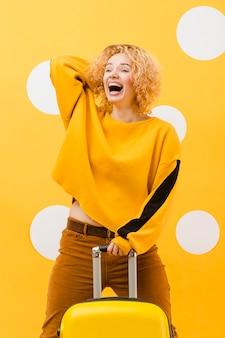 Средний снимок блондинки с суикасом