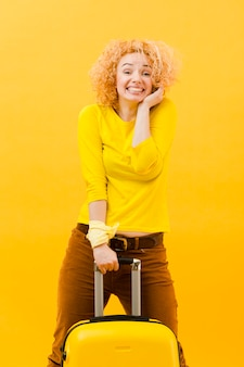 Средний снимок блондинки с чемоданом