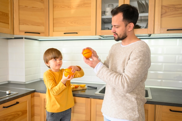 台所で子供と父親のミディアムショット