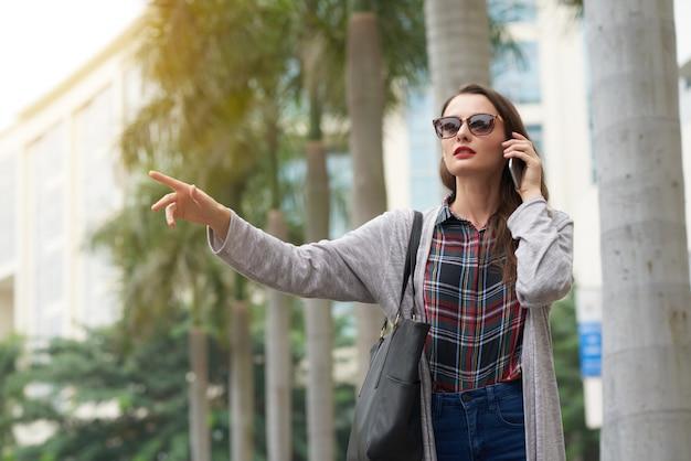 Средний снимок городского жителя, взявшего машину с жестом
