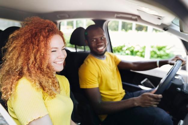 Средний снимок пары в автомобильной поездке