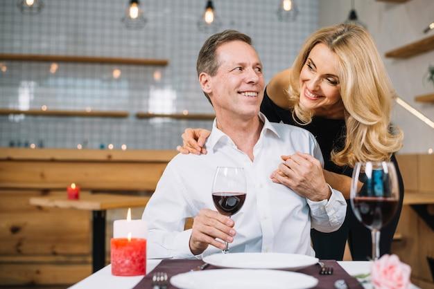 Средний снимок пары вместе на ужин