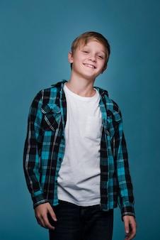 Средний снимок симпатичного современного мальчика