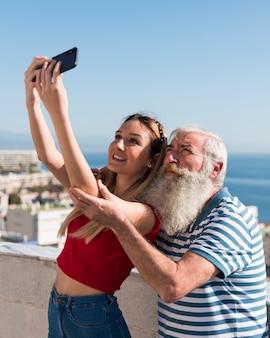 Средний снимок отца и дочери