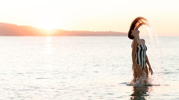 ビーチで女の子のミディアムショット