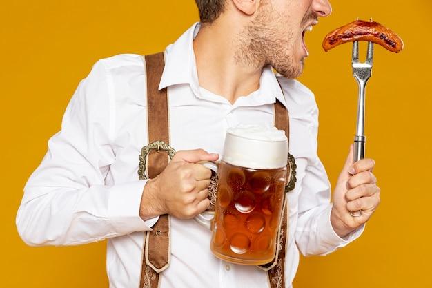 맥주 파인트를 들고 남자의 중간 샷