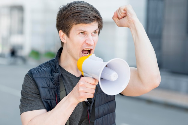 Средний снимок человека, протестующего на улице