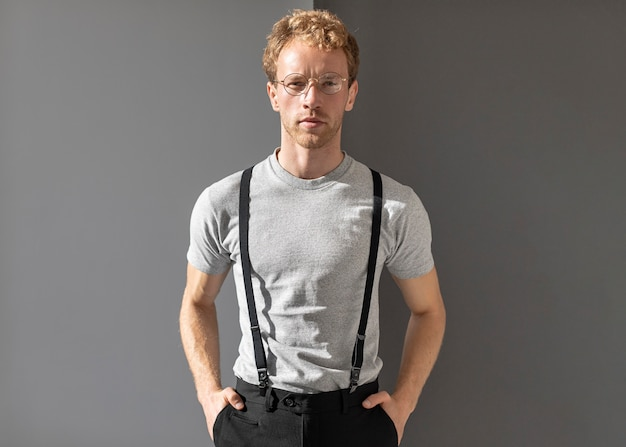 Средний снимок человека в очках для чтения