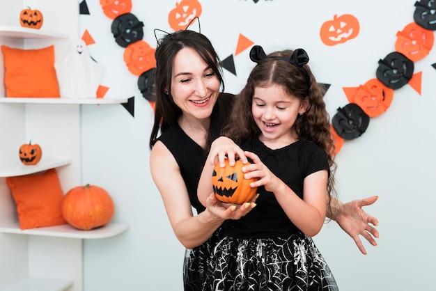 母と娘が一緒に時間を過ごすミディアムショット 無料写真